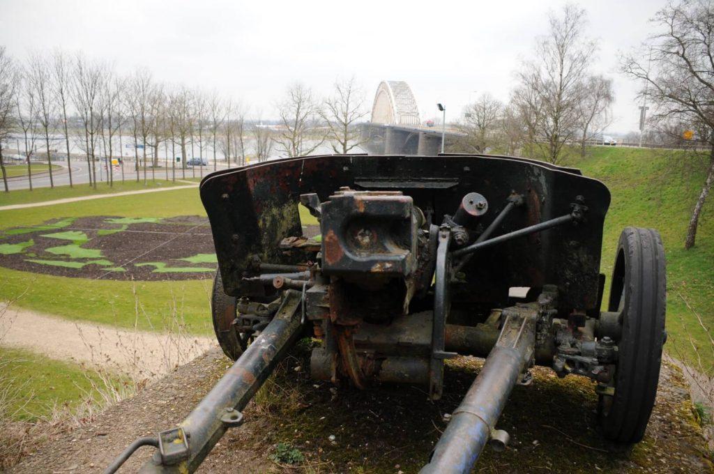 Origineel anti tank kanon bij de brug in Nijmegen